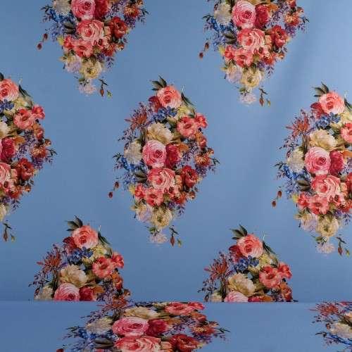 Ramos de flores sobre fondo azul